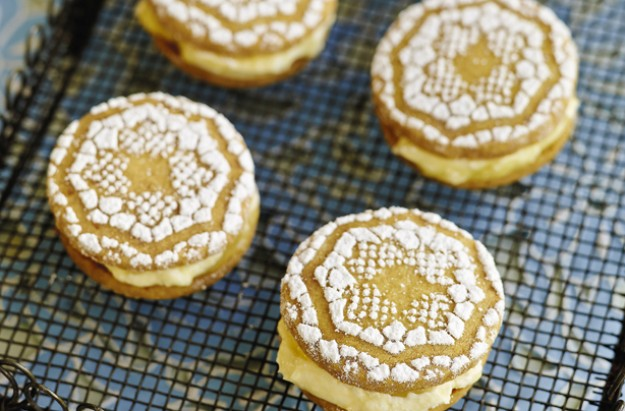 Lisa Faulkner's lemon meringue sandwich cookies with homemade lemon curd